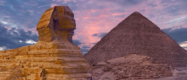 Sphinx vor dem hintergrund der großen ägyptischen pyramiden. afrika, gizeh-plateau.