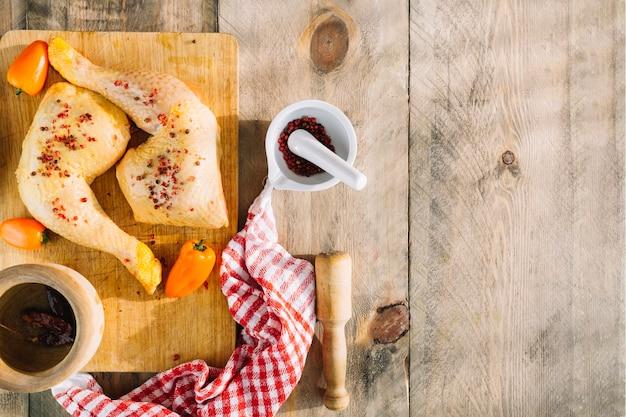 Spicies und huhn auf hölzerner tischplatte