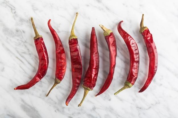 Spicy chili peper auf steinhintergrund, draufsicht