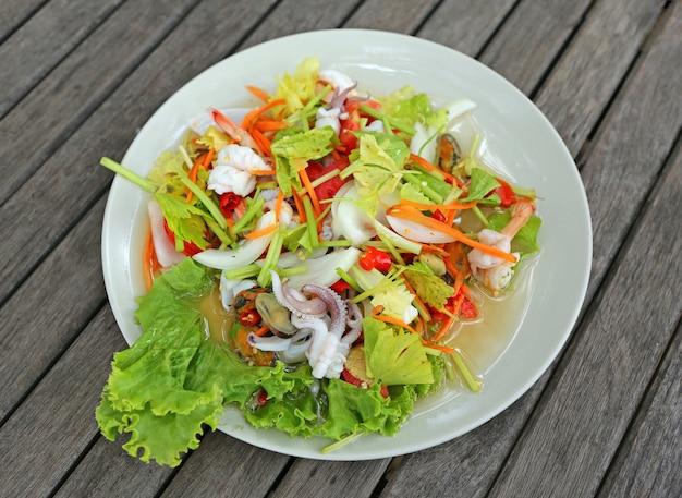 Spicy shrimp mit tintenfischsalat (thailändisches essen)