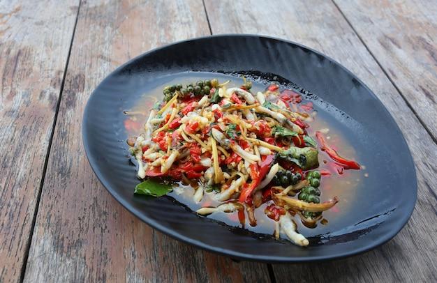 Spicy stir fried razor muschel von thailändischem essen.