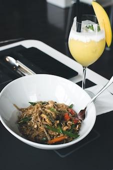 Spicy thai nudeln in einem schicken restaurant