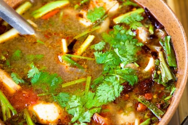 Spicy tom yum-suppe mit garnelen