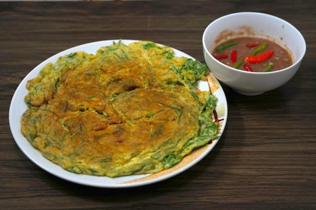 Spiegelei mit climbing wattle und scharfer garnelenpastensauce thai food