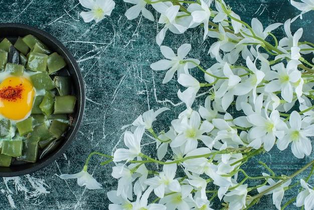 Spiegelei mit grünen bohnen und paprika. foto in hoher qualität