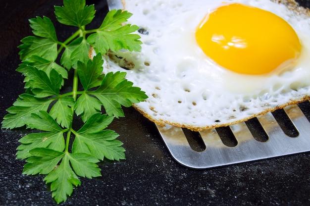Spiegelei mit petersilie auf wanne zum frühstück nah oben