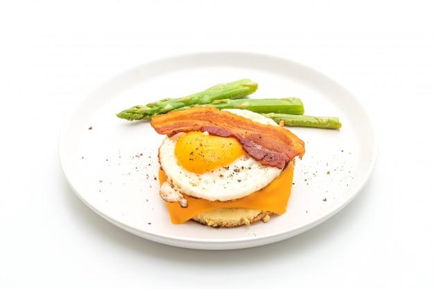 Spiegelei mit speck und käse auf pfannkuchen zum frühstück