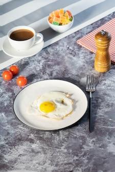 Spiegeleier in der weißen platte und im kaffee zum frühstück