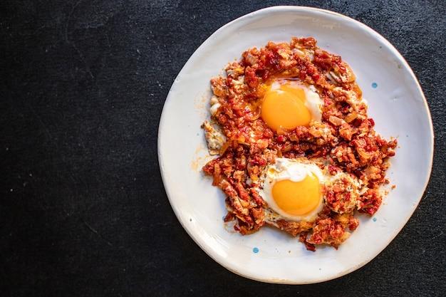 Spiegeleier mit tomaten und gemüse shakshuka omelett natürlichen bio-snack