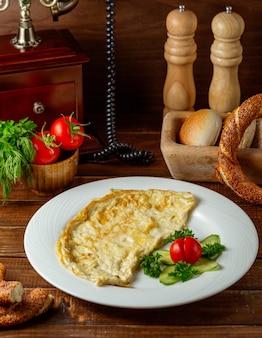Spiegeleier omelett auf dem tisch