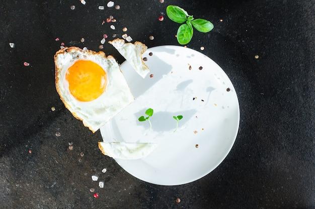 Spiegeleigelb und weiße gabel für lebensmittel omelett frisches gericht und zutaten