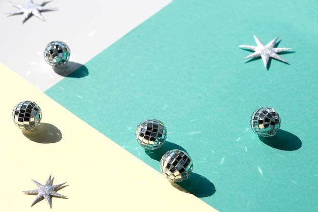 Spiegelkugeln und silberne weihnachtssterne auf mintgrünem schichtpapier