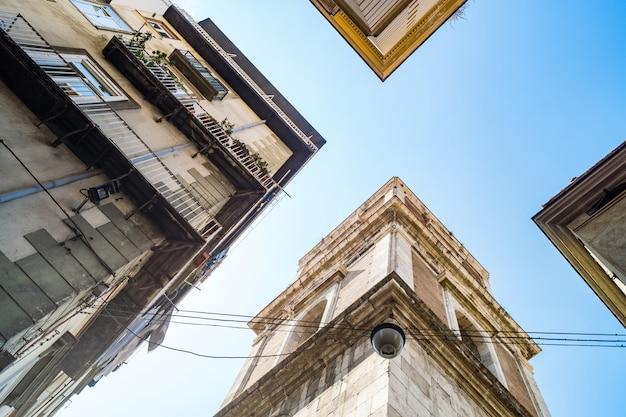 Spiegelnde ansicht des glockenturms der santa chiara-kirche in neapel