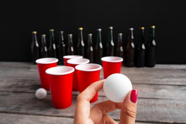 Spiel beer pong auf holztisch