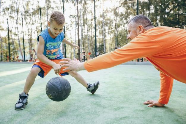 Spiel erwachsenen sommerzeit eltern jungen