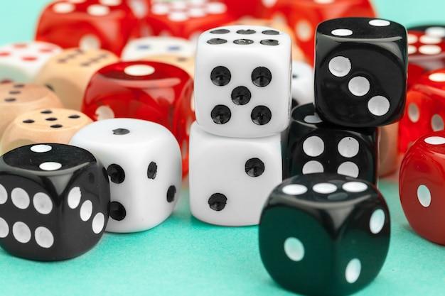Spiel würfelt auf blauem hintergrund. spielkonzept.
