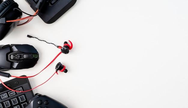 Spielausrüstung, maus, tastatur und in-ear-kopfhörer
