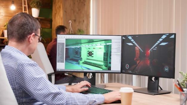 Spieleentwickler, der ein videospiel entwickelt, das an grafischer darstellung arbeitet