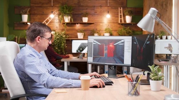 Spieleentwickler entwickelt videospielsimulationen, während er am leveldesign arbeitet