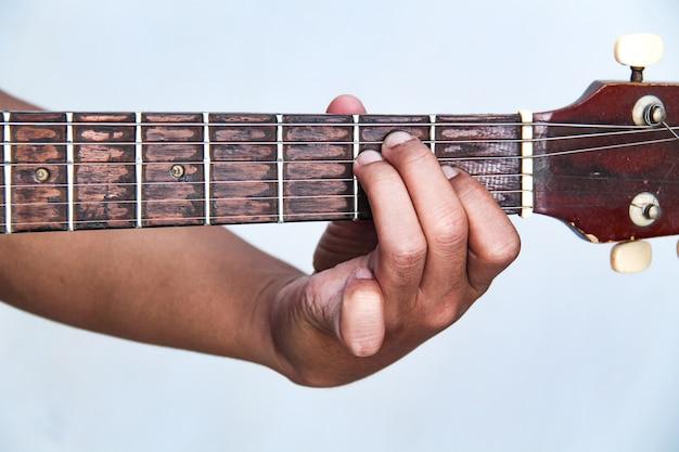 Spielen sie die gitarre von hand, es ist die akkord-gitarre