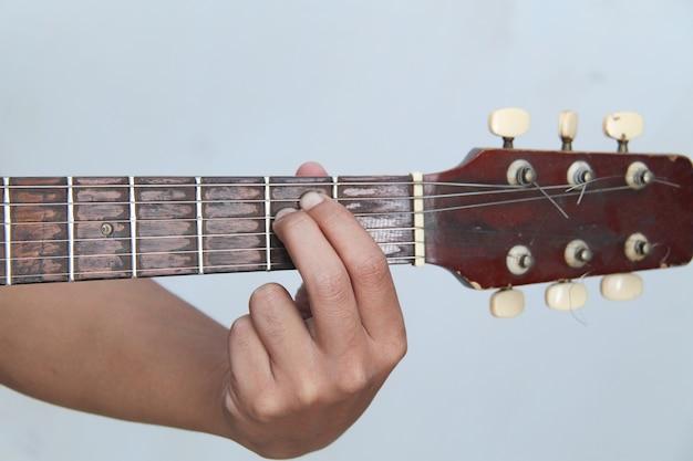 Spielen sie die gitarre von hand, es ist die akkord gitarre