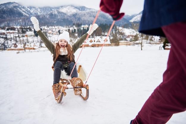 Spielen sie draußen im schnee mit papa
