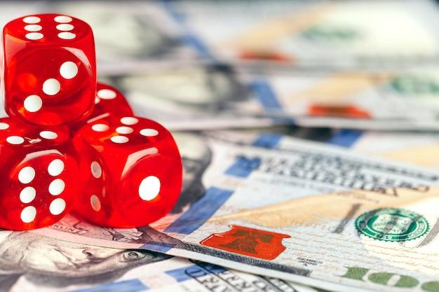Spielen würfelt und stapel amerikanische dollarscheine.