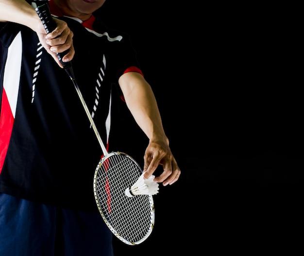 Spieler, der den badmintonschläger und den shuttle-hahn hält