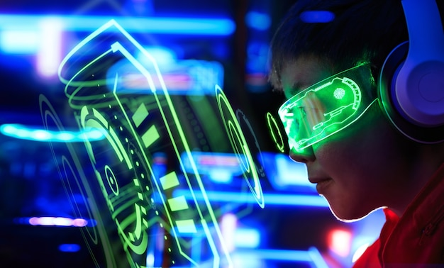 Spieler, der online-spiel auf pc in dunklem raum spielt.