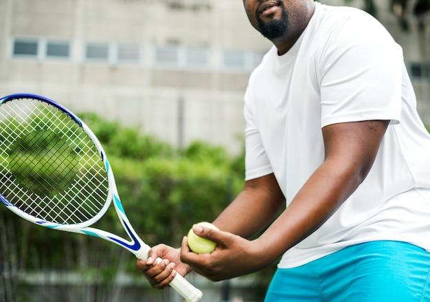 Spieler, der zu einem aufschlag im tennis sich vorbereitet