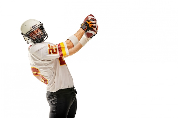 Spieler des amerikanischen fußballs in der bewegung mit der kugel
