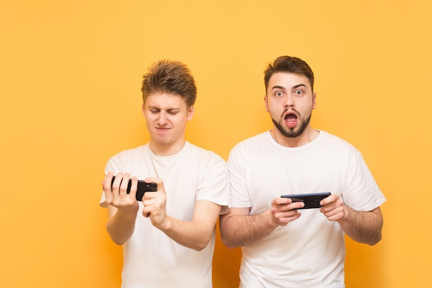 Spieler spielen handyspiele auf dem smartphone