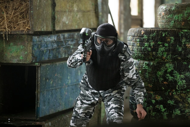 Spieler spielen paintball in soldatenoutfits