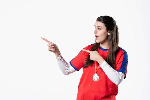 Spielerin der vorderansicht in der sportkleidung mit medaille