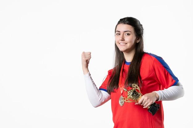 Spielerin der vorderansicht mit medaille und goldenem pokal