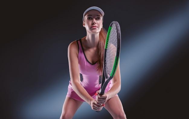 Spielerin, die einen tennisschläger hält Premium Fotos