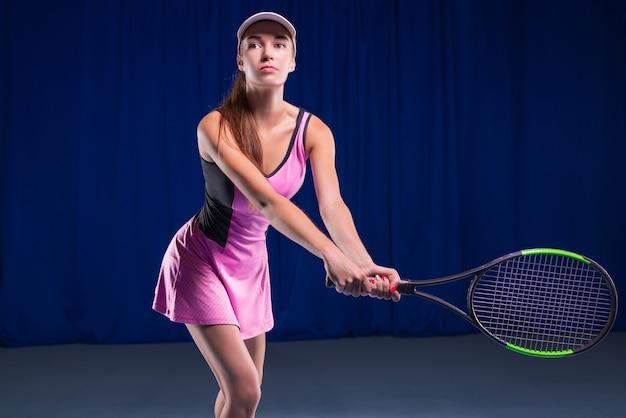 Spielerin, die einen tennisschläger hält