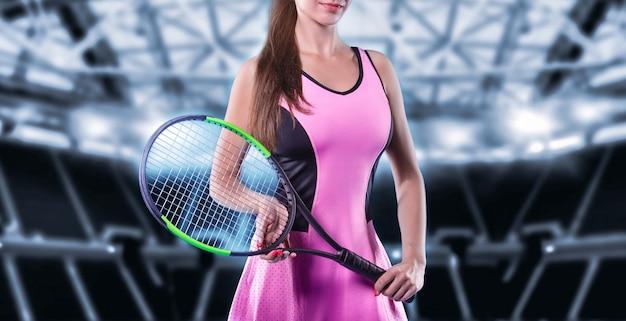 Spielerin, die einen tennisschläger mit sportarena-hintergrund hält