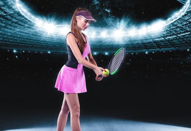 Spielerin, die einen tennisschläger und einen ball mit einem sportarena-hintergrund hält