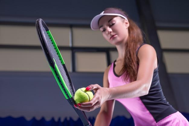 Spielerin mit tennisschläger und ball