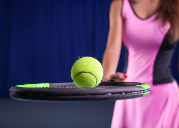 Spielerin mit tennisschläger und ball Premium Fotos