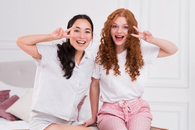 Spielerische freundinnen der vorderansicht zu hause