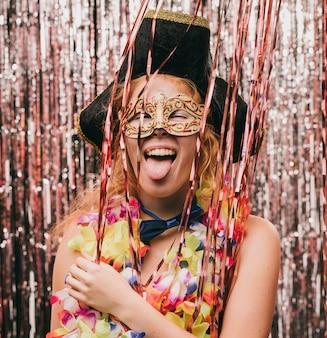 Spielerische smileyfrau kostümiert an der karnevalsparty