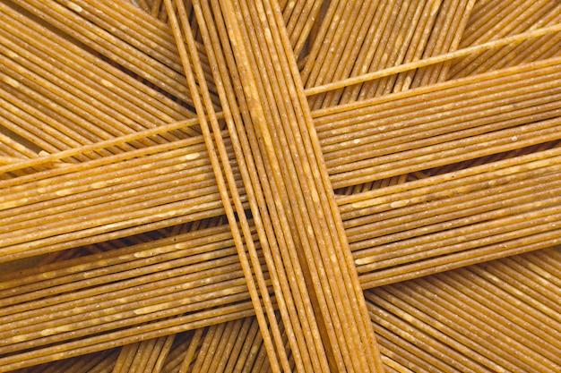 Spielerischer haufen pasta spaghetti