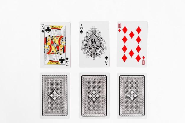 Spielkarten, ass und könig passen mit der rückseite auf weißem hintergrund an
