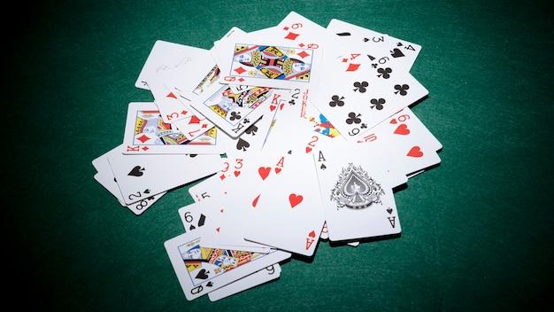 Spielkarten auf dem grünen pokertisch