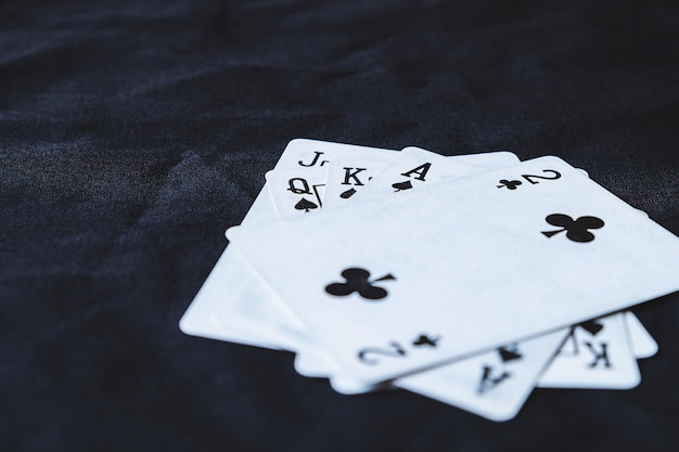 Spielkarten auf einem schwarzen stoffhintergrund