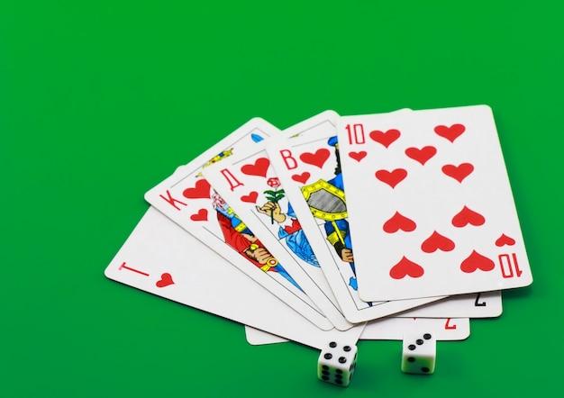 Spielkarten auf farbigem tuch (hintergrund).