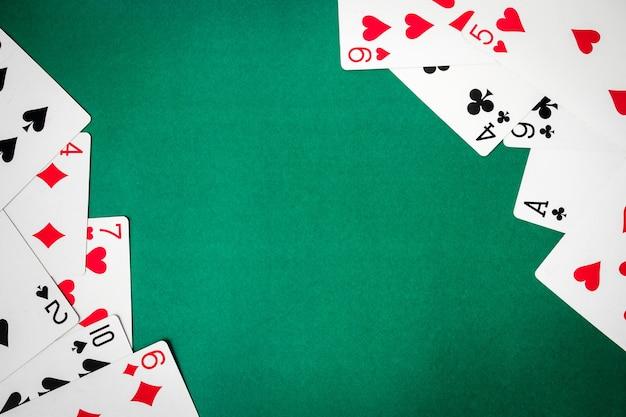 Spielkarten auf grünem hintergrund. freier platz für text
