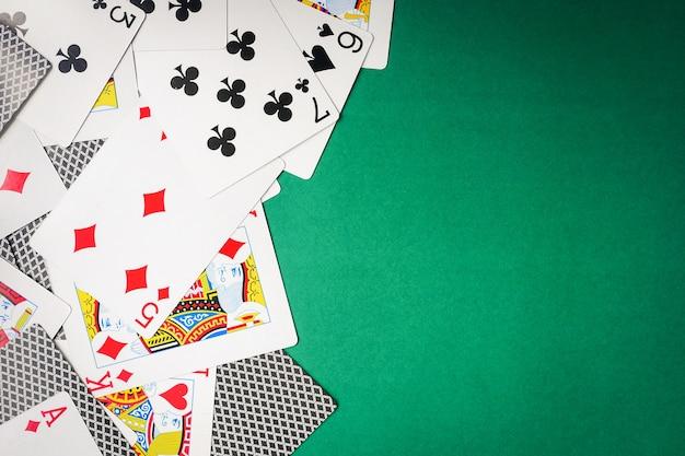 Spielkarten auf grünem hintergrund.